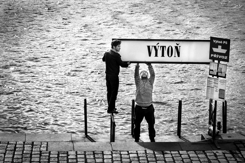 """Sur un quai de la Vltava, l'embarcadère """"Vyton"""". Nove Mesto. Prague."""